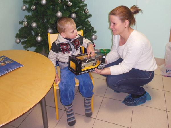 Ребенок принимает подарки